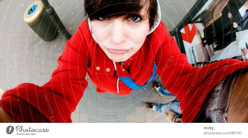 gib mir n kuss ich bin ein verzaubertes rotkäppchen Frau Mensch blau Hand rot Gesicht oben Haare & Frisuren Mund Arme hoch Nase süß Jacke Mütze Station