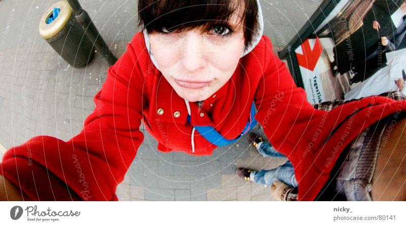 gib mir n kuss ich bin ein verzaubertes rotkäppchen Frau Mensch blau Hand Gesicht oben Haare & Frisuren Mund Arme hoch Nase süß Jacke Mütze Station