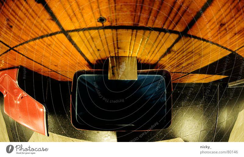 plastikponymüll blau dunkel orange Bank Müll Fliesen u. Kacheln Station U-Bahn Köln trashig Bahnhof schäbig Sitzgelegenheit London Underground Straßenbahn Müllbehälter
