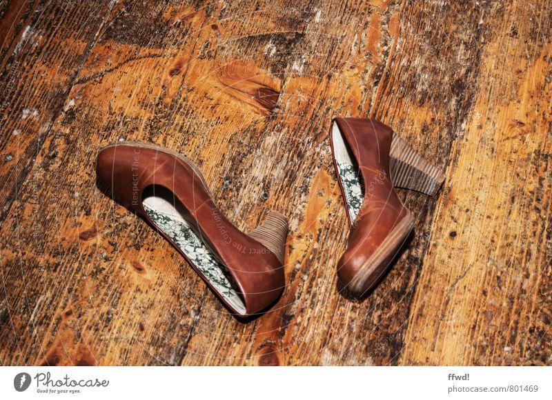 Partyreste Nachtleben ausgehen Feste & Feiern Tanzen Schuhe Damenschuhe Bodenbelag Parkett Holz Leder braun Freude Lebensfreude Erschöpfung Tanzfläche Farbfoto