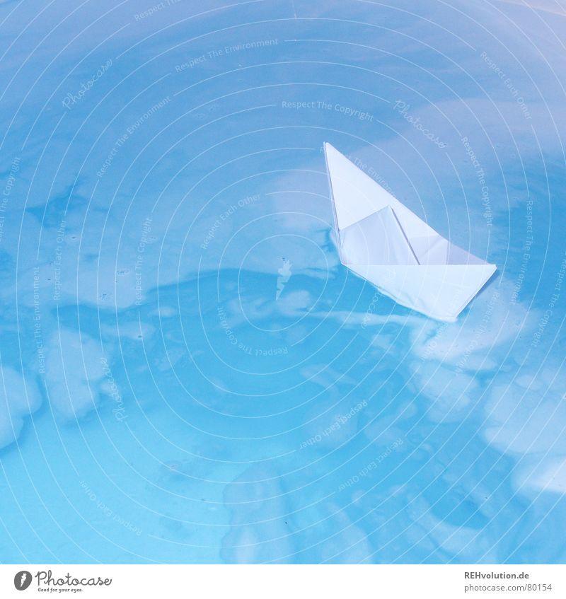 Auf hoher See Papierschiff Bad Badewanne Schaum nass Wasserfahrzeug Erholung Wellness Meer Schifffahrt gefaltet Kunst Spielen Physik schön erkältungsbad origami