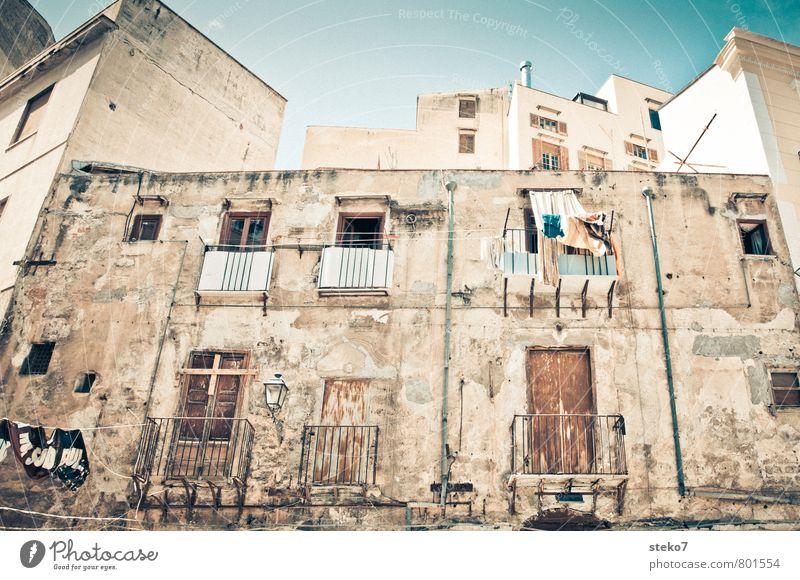 Sizilianische Wäsche Palermo Italien Stadt Fassade Balkon Fenster Verfall Wachstum Häusliches Leben Wäscheleine betrügen Sizilien Gedeckte Farben Außenaufnahme
