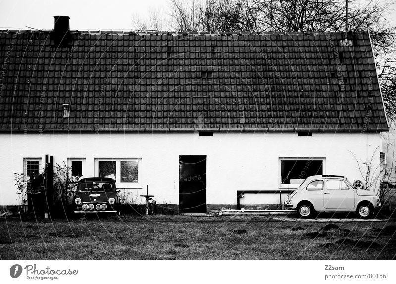 minis Kleinwagen klein Wagen Fahrzeug parken Park Fenster Haus Wiese scharz/weiss vor der tür bmw PKW Tür car Schwarzweißfoto Örtlichkeit
