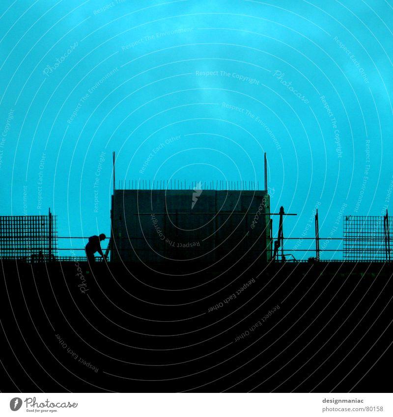 One Man Show Himmel Mann grün blau Wolken Winter Haus schwarz kalt Wand oben Mauer hell Arbeit & Erwerbstätigkeit Deutschland Wind
