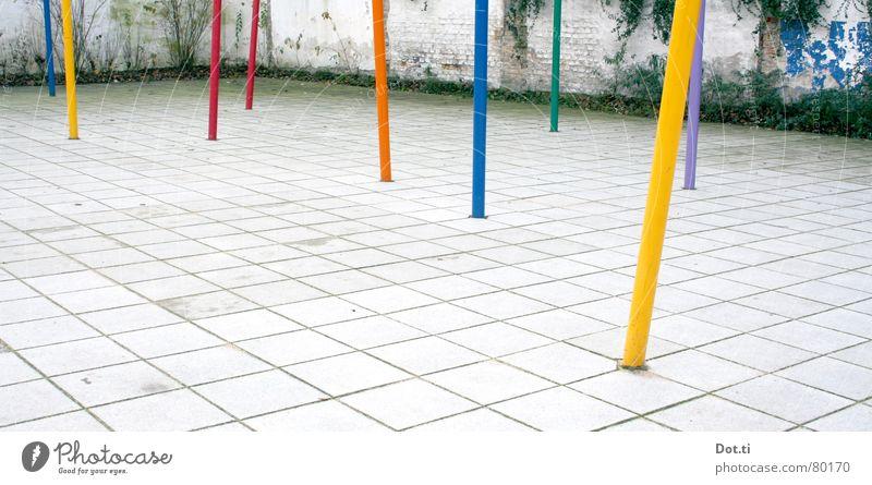 Mikado umrandet Spielen Spielplatz mehrfarbig gelb grün rot violett Platz kariert Muster Wand Efeu Hinterhof knallig Spielfeld Grenze Freizeit & Hobby