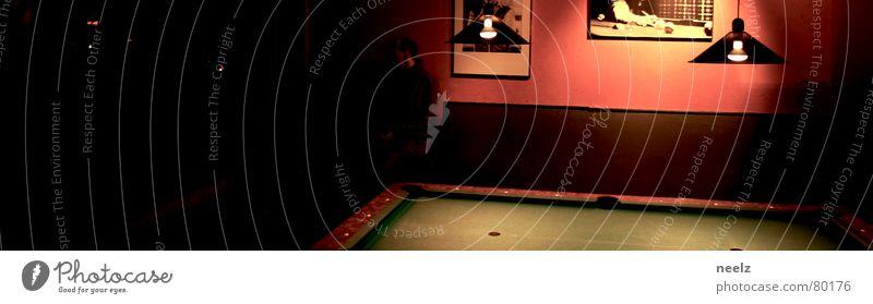 | die kugeln sind gefallen | halbdunkel Licht Billard Filz grün Bar Spielen Lampe Schwimmbad Gastronomie game hinterzimmer Kugel