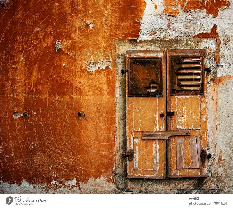 Pflegestufe Menschenleer Haus Mauer Wand Fassade Fenster Fensterladen geschlossen verbarrikadiert leuchten alt glänzend trist orange demütig Traurigkeit
