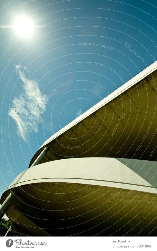Sonne links oben Himmel Sommer Wolken Wärme Wand Gebäude Berlin Linie hell Beton Textfreiraum Baustelle Sonnenbad Kurve Bahnhof Parkplatz