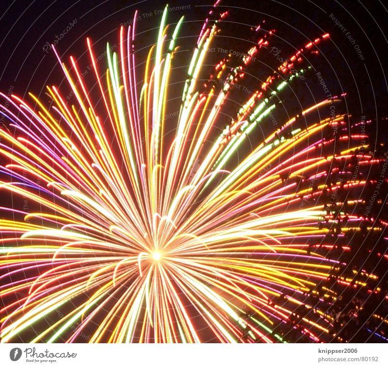 feuerwerk Licht Silvester u. Neujahr mehrfarbig heiß dunkel Nacht Langzeitbelichtung Feuerwerk lange belichtun Brand Feste & Feiern Stern (Symbol) hell ´mitte