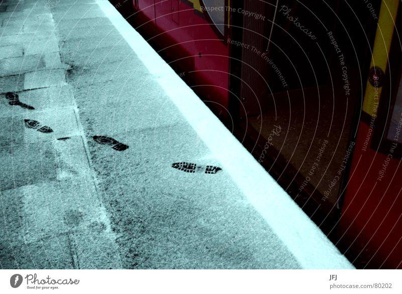 Hä? Fußspuan! Winter Schnee Fuß Eis Tür Eisenbahn Spuren U-Bahn Bahnhof Fußspur Knöpfe S-Bahn Hinweis Bahnsteig Fährte schleichen