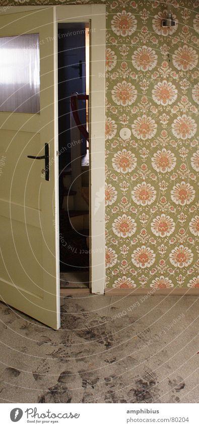 Gespür für Spuren Raum dreckig Tür Spuren Reinigen Tapete Eingang Wohnzimmer Fußspur Griff Siebziger Jahre Sechziger Jahre Dachboden altmodisch Kammer schmuddelig