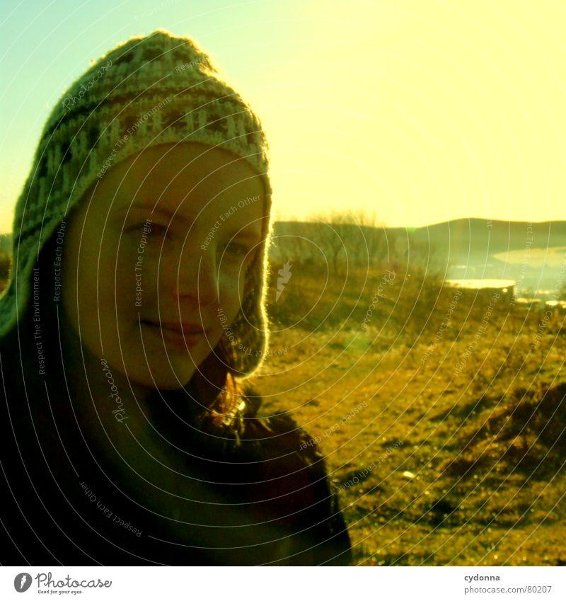 Am Weihnachtsmorgen I Kälteschutz Kopfschutz Wiese Aktion Sonne Frau Gegenlicht blenden Winter kalt Stimmung Mütze Kopfbedeckung grün Aussehen Natur Spaziergang