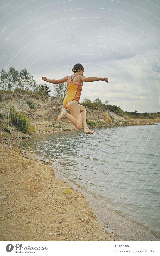 sprung in den see Kind Mädchen Kindheit Körper Haut Kopf Arme Beine Fuß 1 Mensch 8-13 Jahre Umwelt Natur Landschaft Sand Wasser Himmel Wolken Sommer Küste