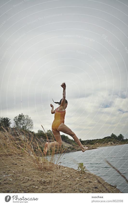 sprung in den see II feminin Kind Mädchen Kindheit Körper Haut Kopf Arme Beine Fuß 1 Mensch 8-13 Jahre Umwelt Natur Landschaft Sand Wasser Himmel Wolken Sommer