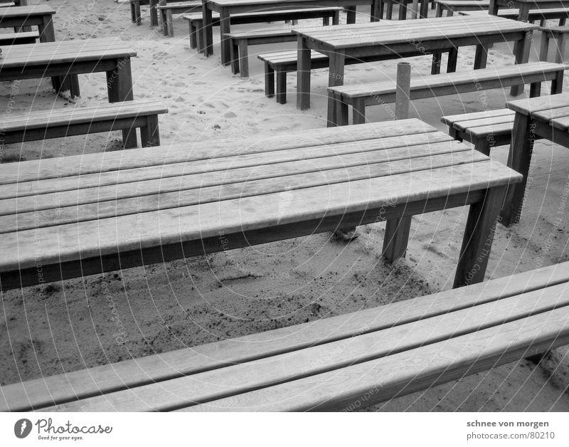draußen am strand horizontal Holz Tisch grau schwarz Strand Meer Sommer Winter Café Sitzgelegenheit Platz Ordnung Küste Gastronomie Schwarzweißfoto Linie Bank
