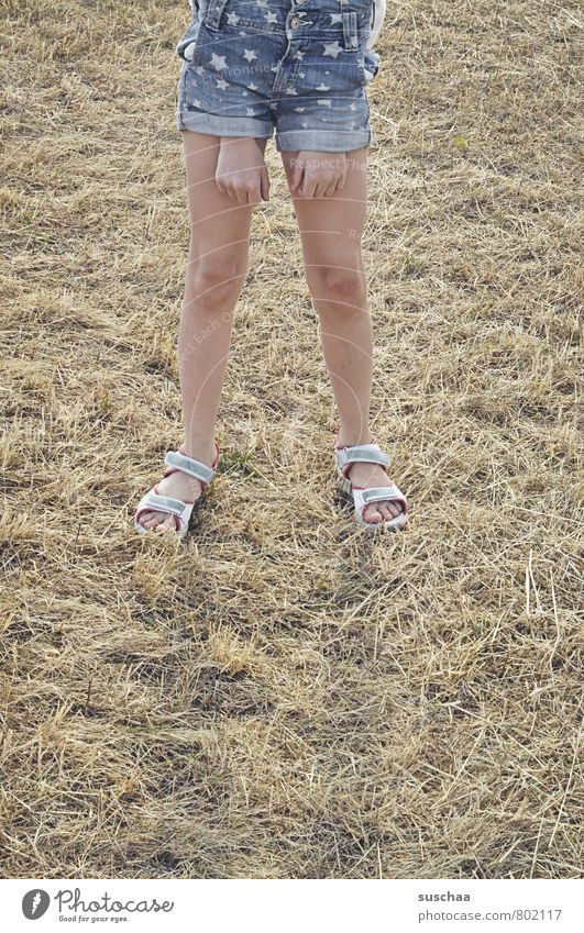 mal locker durch die hose greifen feminin Kind Mädchen Kindheit Körper Haut Hand Finger Beine Fuß 1 Mensch 8-13 Jahre Sommer Feld Fröhlichkeit verrückt skurril