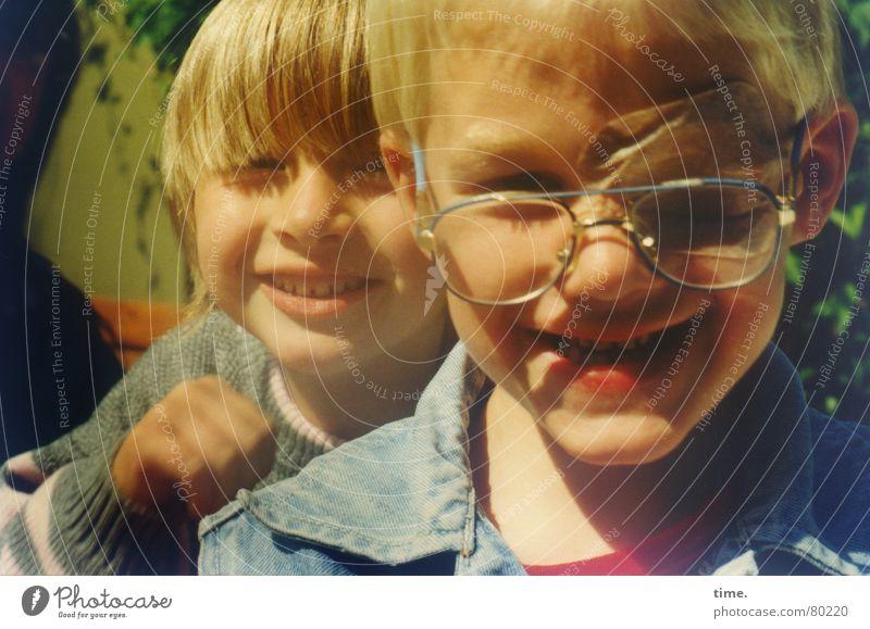 Be Child Stay Wild Kind schön Mädchen Freude Gesicht Auge Spielen Junge lachen lustig Familie & Verwandtschaft Zusammensein Glas blond Nase Fröhlichkeit