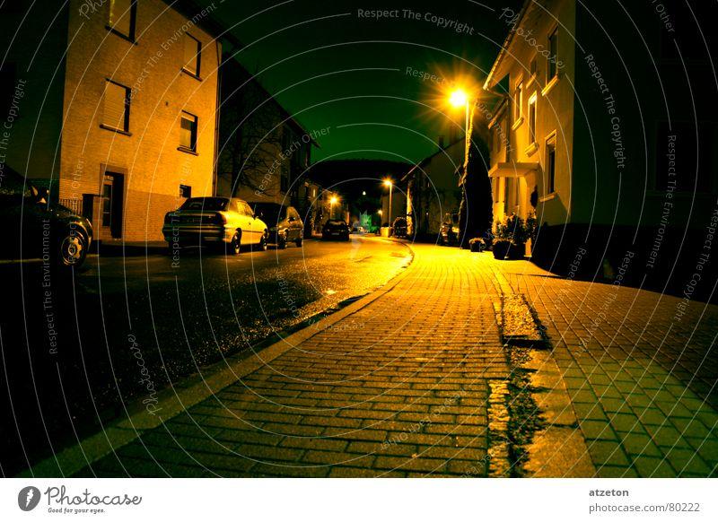 Mainstreet I geradeaus gelb grün Nacht dunkel Winter Regen kalt Wohnung Einsamkeit ruhig Bürgersteig Bordsteinkante Dezember Licht 2006 spät Heidelberg
