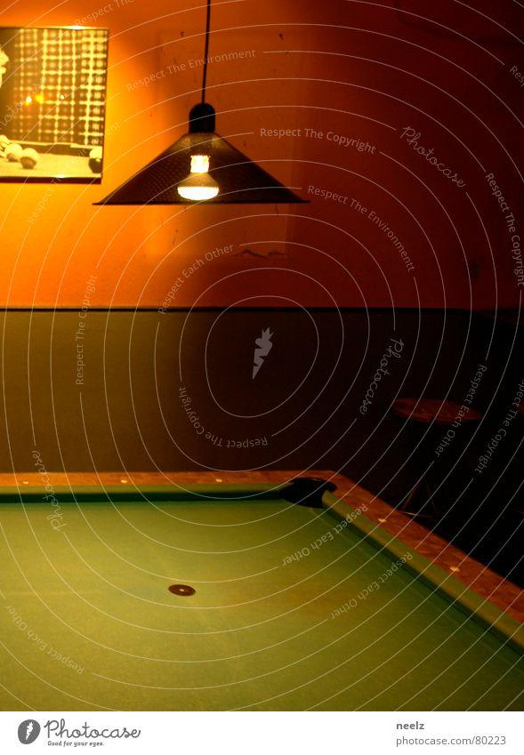 | billard um halb zehn | grün Lampe orange Bar Gastronomie Loch Glühbirne Tuch Billard Filz Kneipe Lokal Gasthof halbdunkel Queue