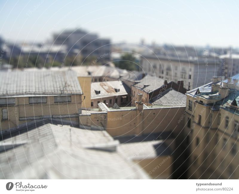 Semi-artificial backyard Stadt Haus grau Dach Schönes Wetter Surrealismus Russland Stadtteil Hinterhof Hauptstadt traumhaft Miniatur Moskau Tilt-Shift Ocker