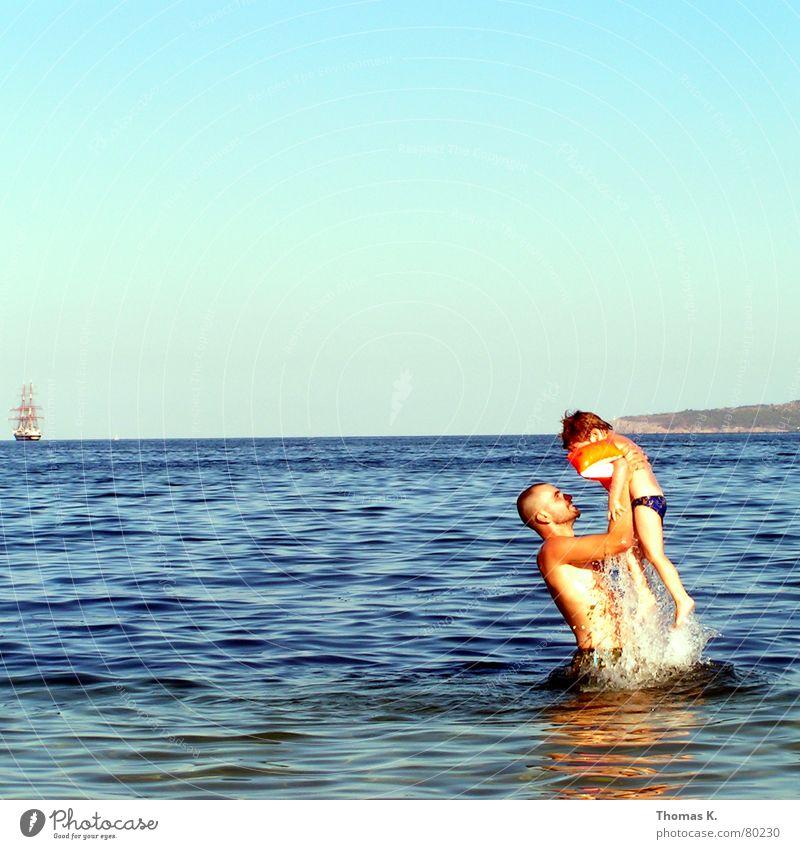 Launch (oder: Schiff ahoi) Schwimmhilfe Mann Vater Familie & Verwandtschaft Ferien & Urlaub & Reisen Meer Wasserfahrzeug Wellen Segelschiff Horizont Badehose