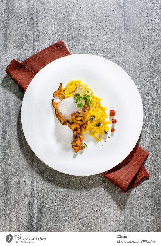 Tagliatelle mit sautierten Pfifferlingen Gemüse Teigwaren Backwaren Kräuter & Gewürze Nudeln Bandnudeln Ernährung Abendessen Italienische Küche Teller Serviette