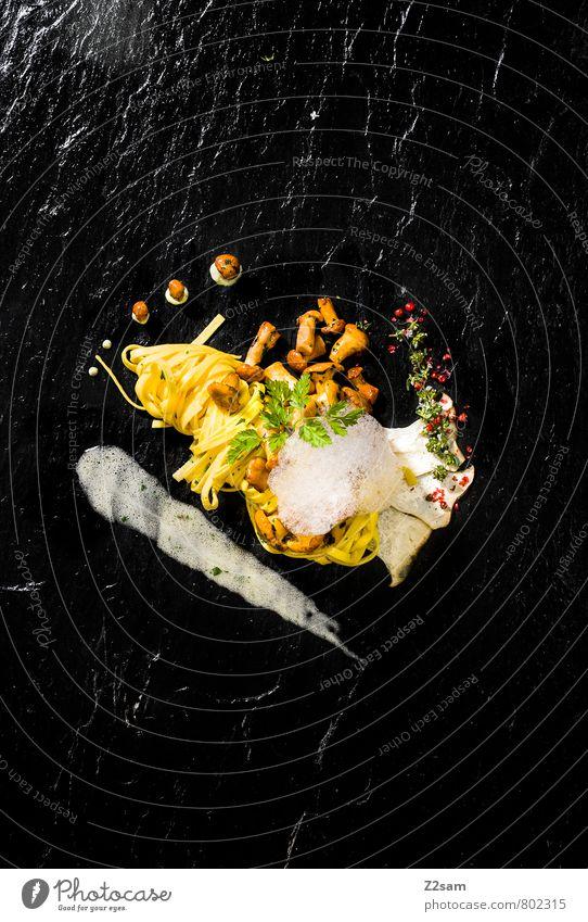 Tagliatelle mit sautierten Pfifferlingen grün schwarz gelb Gesundheit Lebensmittel Foodfotografie elegant Design frisch genießen Ernährung Sauberkeit