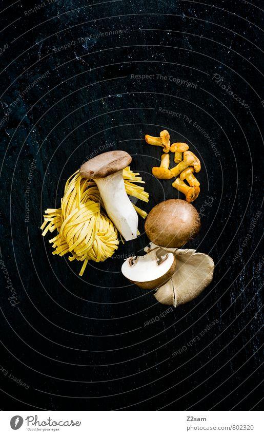 Pülze Lebensmittel Pilz herbsttrompeten Nudeln Bandnudeln Pfifferlingen Ernährung Italienische Küche ästhetisch dunkel elegant frisch Gesundheit modern