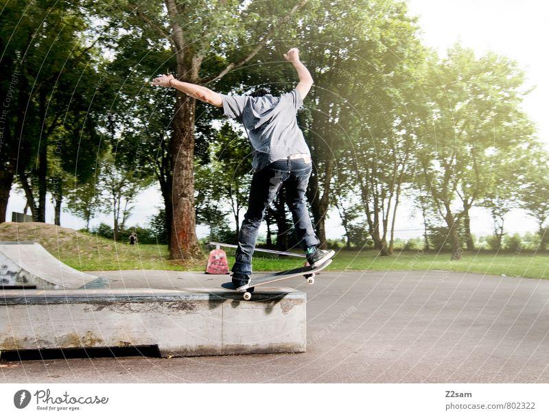 Die Jugend von heute! Lifestyle Stil Freizeit & Hobby Skateboarding Funsport maskulin Junger Mann Jugendliche 18-30 Jahre Erwachsene T-Shirt Jeanshose fahren