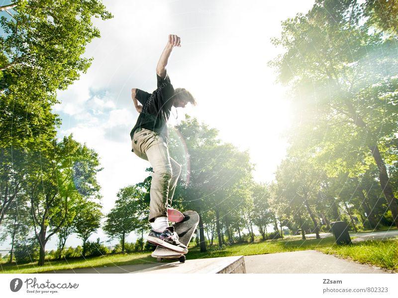 FLIP IT Lifestyle elegant Stil Sommer Skateboarding Funsport Junger Mann Jugendliche 18-30 Jahre Erwachsene Himmel Wolken Schönes Wetter Baum Sträucher T-Shirt