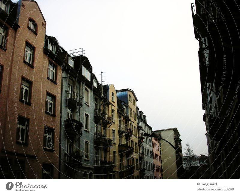 Bornheim Fassade Altbau Frankfurt am Main Stadt Haus Balkon Fenster dunkel Stadtteil Himmel Rollladen Fensterbrett Fensterladen buildings bornheim hoch Farbe