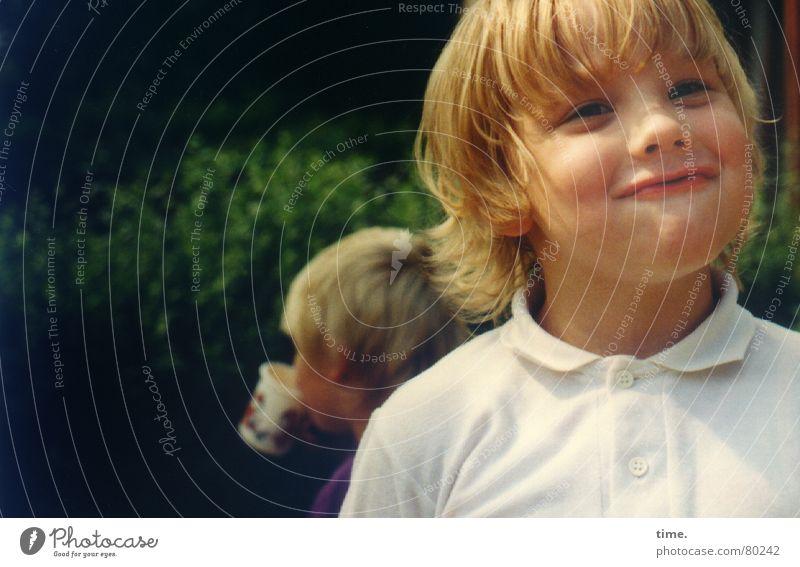 Die Verschmitztheit Kind schön Sonne grün Freude Gesicht Auge Junge Garten lachen Mund lustig blond Essen Fröhlichkeit Getränk