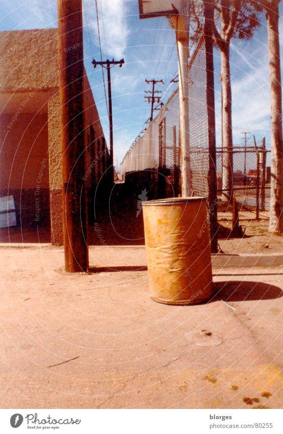 la frontera II Grenzgebiet Grenze Wolken Hinweisschild Amerika Müllbehälter Fluchtpunkt Unendlichkeit steil USA Mexiko Himmel verfallen la migra grenzzaun