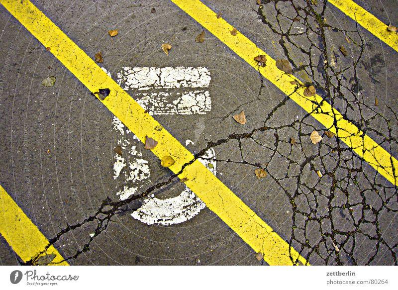 Fünf gelb Straße springen Linie Schilder & Markierungen Ziffern & Zahlen Asphalt Streifen streichen Zeichen Hinweisschild Symbole & Metaphern Parkplatz Riss