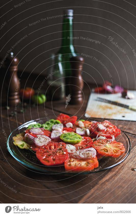 tomatensalat grün rot gelb Gesunde Ernährung natürlich Gesundheit Lebensmittel frisch Kräuter & Gewürze Gemüse lecker Appetit & Hunger Bioprodukte Teller
