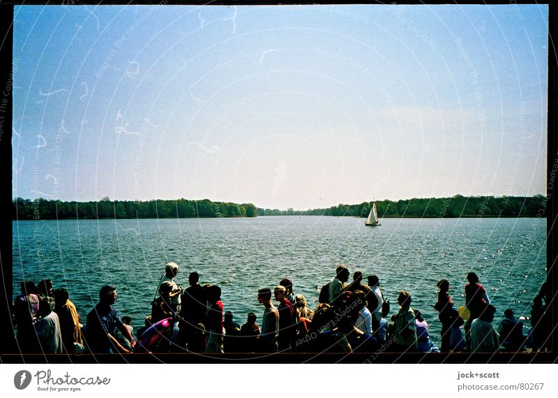 Seefeier Feste & Feiern Menschengruppe Wasser Wolkenloser Himmel Schönes Wetter Seeufer Brandenburg Segelboot Bewegung gehen Ferne Zusammensein Stimmung