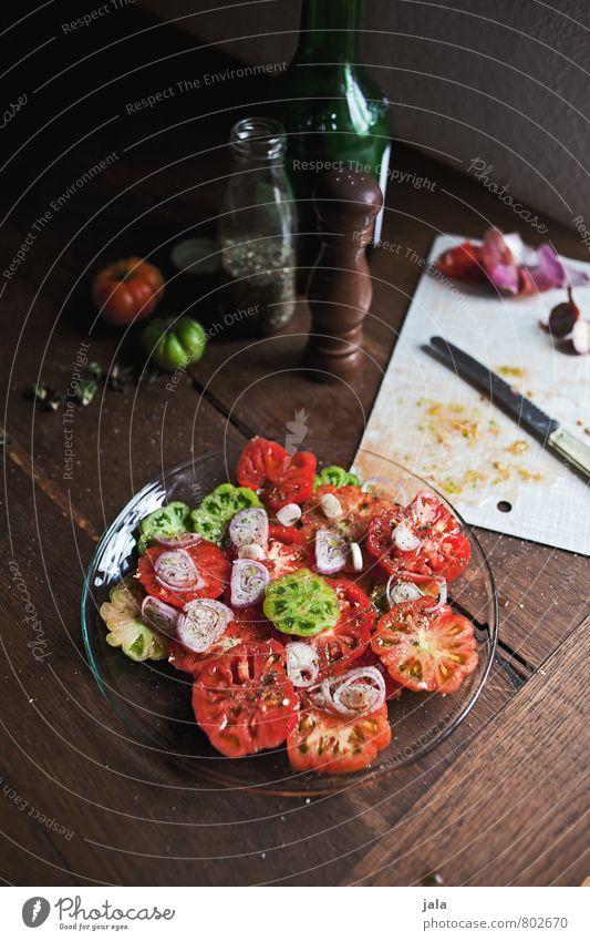 tomatensalat Gesunde Ernährung natürlich Gesundheit Lebensmittel frisch Kräuter & Gewürze Gemüse lecker Appetit & Hunger Bioprodukte Teller Messer Mittagessen