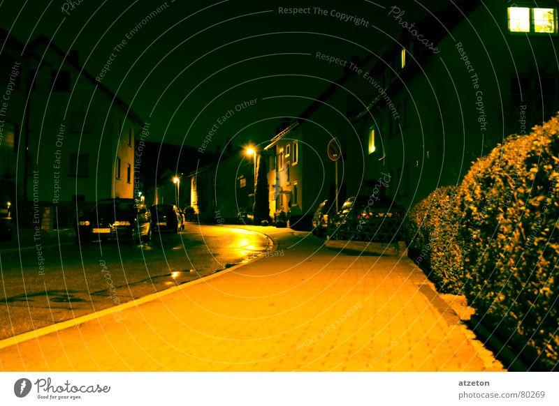 Mainstreet II Herkunft gelb grün dunkel Einsamkeit Nacht Licht Lampe Hauptstraße Regen nass Bürgersteig Bordsteinkante geradeaus Wohnung Heimat ruhig
