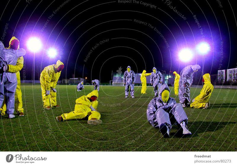 graugelb™ - fussball Cottbus gestikulieren Collage Fußballplatz grau-gelb Anzug Gummi Kunst dumm sinnlos ungefährlich verrückt lustig Freude Gegenlicht grün