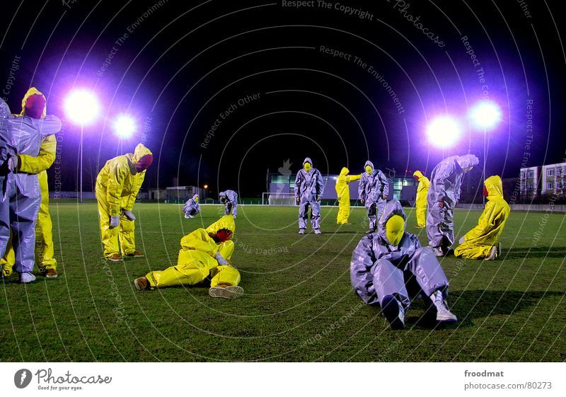 graugelb™ - fussball grün Freude schwarz Kunst lustig verrückt Maske Anzug dumm Surrealismus gestikulieren Gummi Fußballplatz sinnlos