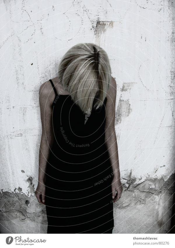 No face blond Frau young hair shame Bekleidung Mauer