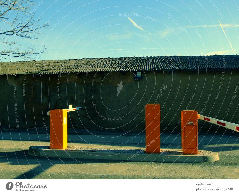 Schranken Himmel blau Baum Winter dunkel Wand Wege & Pfade Gebäude Mauer orange Verkehr Erfolg Schönes Wetter Dach Baustelle Schutz
