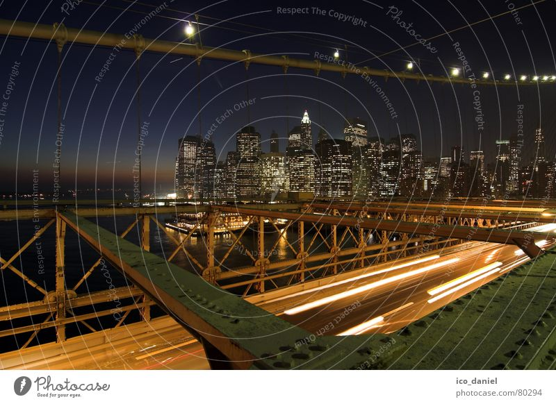 Brooklyn Bridge - New York City Nachthimmel Fluss Stadtzentrum Skyline Hochhaus Brücke Verkehr Verkehrswege Straßenverkehr dunkel mehrfarbig Hängebrücke
