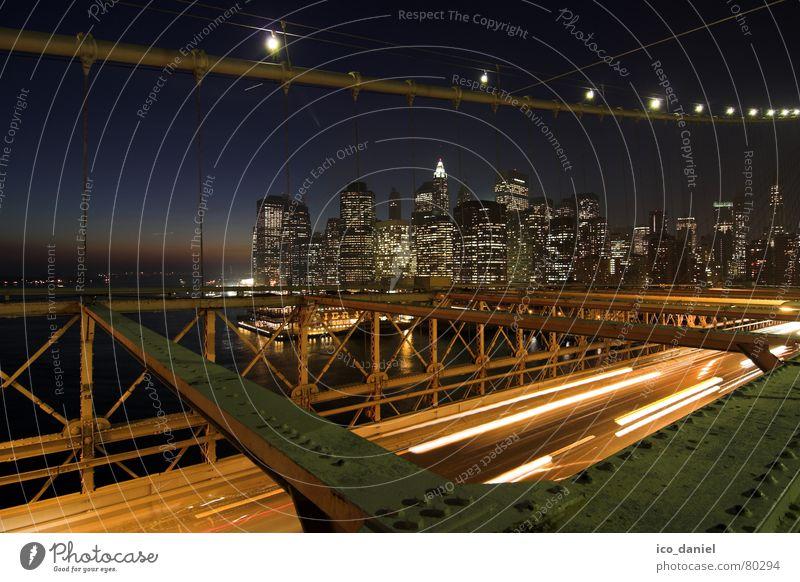 Brooklyn Bridge - New York City Stadt dunkel Beleuchtung Hochhaus Verkehr Brücke USA Fluss Spaziergang Skyline Stahlkabel Verkehrswege Amerika Stadtzentrum