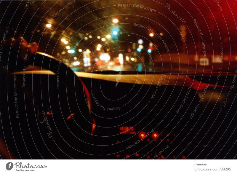 Auto fahren bei Nacht Nachtfahrt Lenkrad Langzeitbelichtung PKW KFZ Regen Straßenbelag Straßenverkehr Autofahrer autocockpit Licht hell erleuchtet sein