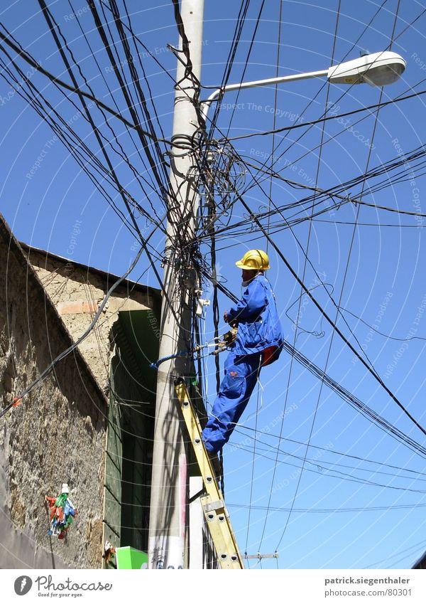 Kabelsalat blau gelb Elektrizität Niveau Telekommunikation Handwerker Laterne Verbindung Handwerk chaotisch Strommast Verzweiflung durcheinander Leiter Helm Arbeiter