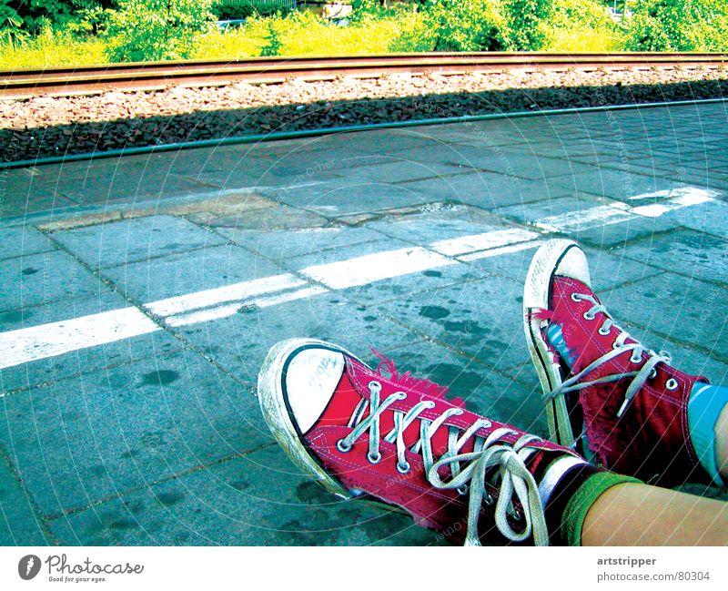 exhausted summer knallig fertig zusammengebunden Schuhe kaputt abgelaufen Gleise Eisenbahn fahren wegfahren Obdachlose Sommer Ferien & Urlaub & Reisen