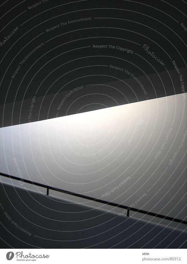 weiss 1 Wand Putz schwarz Rampe Licht diagonal Anstrich weiß lichtvoll farbneutral Mauer bleich modern Farbe Geländer Linie Treppe Schatten perlweiß rücksprung
