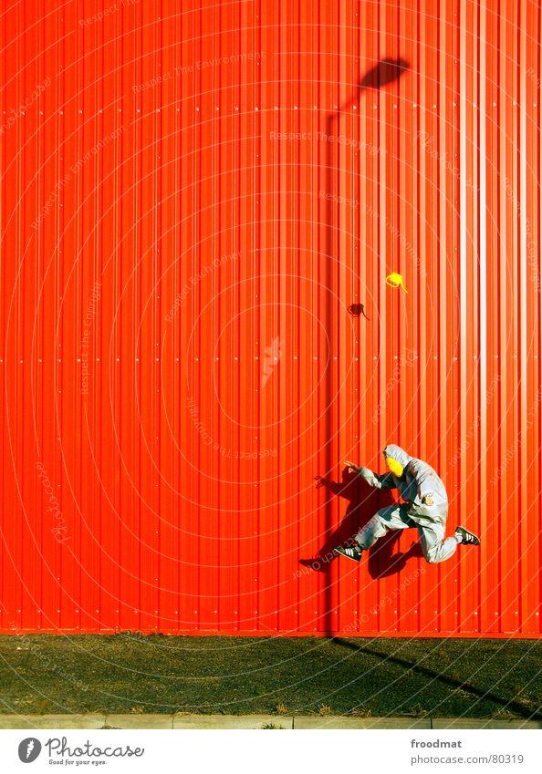 grau™ - vor rot mit giesskanne Freude Kunst Künstler Schauspieler Kultur Subkultur Anzug Maske Gießkanne fliegen springen lustig verrückt gelb Surrealismus