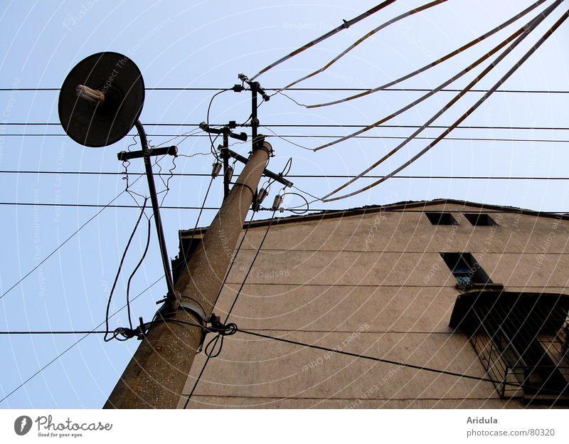 china_08 China Elektrizität Lampe Strommast Haus Froschperspektive Wand Versorgung Fenster Laterne Verfall Energiewirtschaft Hochspannungsleitung Menschenleer